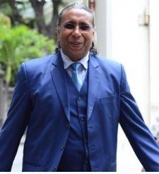 Kailash Trilochun réclame Rs 400 millions à sir Anerood Jugnauth et à l'Etat.