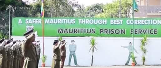 Un jeune homme qui a avoué deux meurtres, est recruté comme gardien de prison !