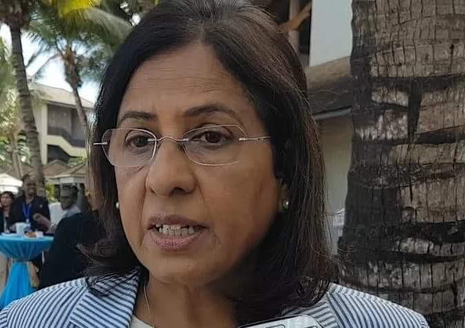 Agalega : La vice-Première Ministre, Fazila Jeewa Daureeawoo en Mère Noël