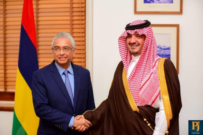 Prince Abdulaziz Bin Saud Bin Naif Bin Abdulaziz Al Saud et le Premier ministre Pravind Jugnauth.