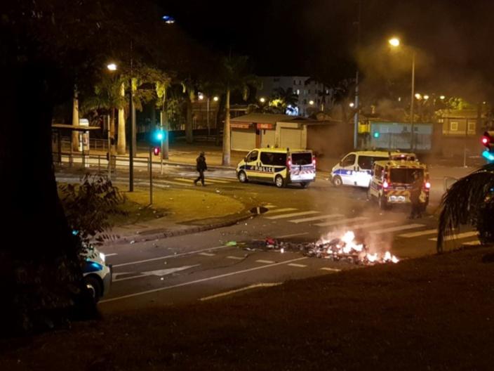 Les forces de police occupent le terrain au carrefour des avenues Leconte de Lisle et Hyppolyte Foucque, pendant que les poubelles achèvent de brûler. Crédit Zinfos974