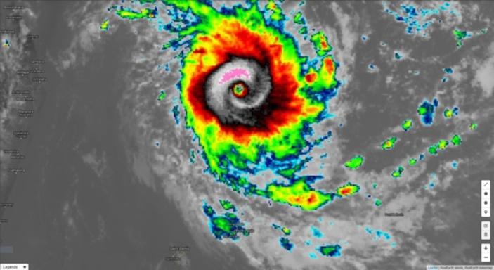L'oei est mieux défini et il est centuré par de la convection plus intense à 16h.