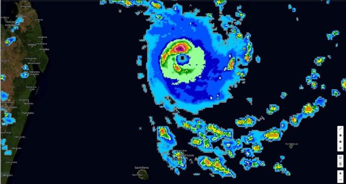 19h30. Le cyclone est symétrique.L'oeil est bien visible et ceinturé par de la convection intense à très intense. Des bandes périphériques affectent Maurice. Crédit photo :Page Cyclone Class 4.