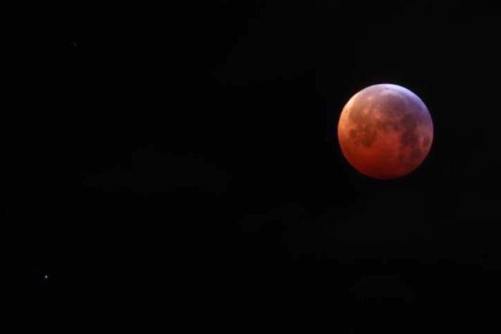 L'image du jour : Eclipse de Lune en Suisse par Jean Luc Mootoosamy