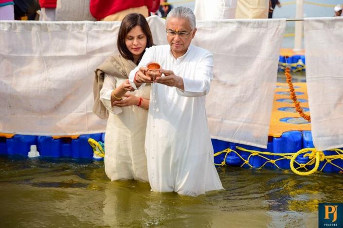 Le Premier ministre Pravind Jugnauth a plongé dans le fleuve du Gange