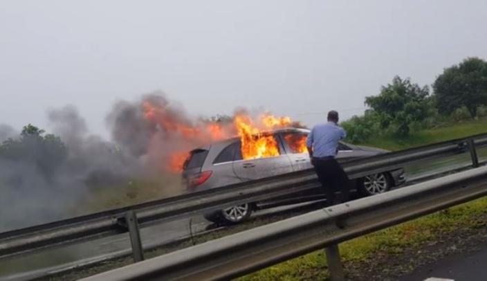 [Vidéo] Nouvelle France : Une voiture a pris feu, le conducteur a été carbonisé