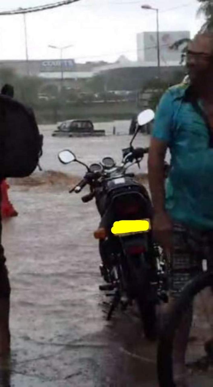 [Vidéo] A Riche Terre, un 4X4 se retrouve piégé par les eaux