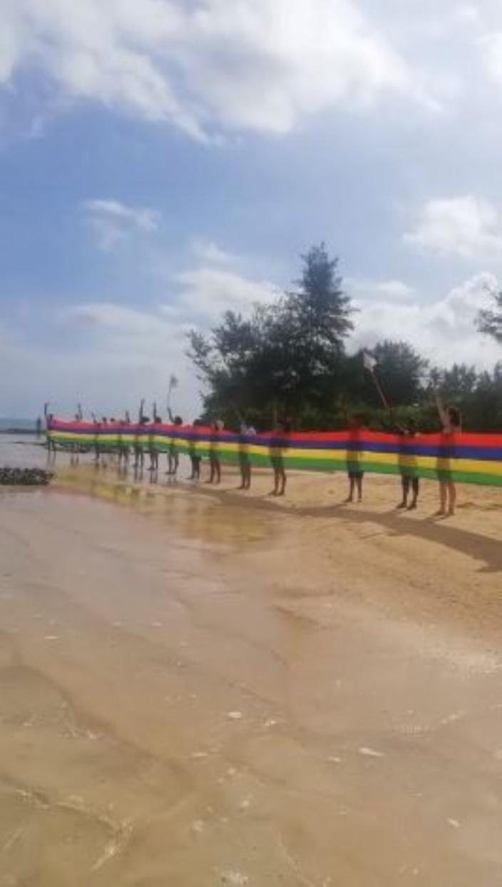 """[Vidéo] Un """"Beach Clean Up"""" organisé sur la plage de Bel-Ombre par Aret Kokin Nou Laplaz"""