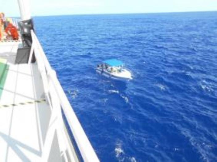 Ils volent un bateau, se retrouvent en difficulté et sont arrêtés pour drogue