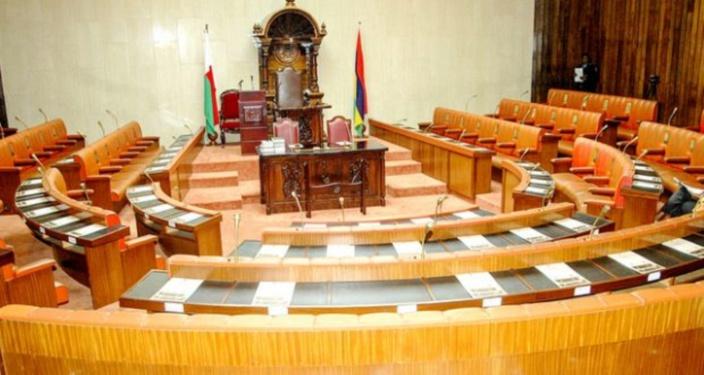 Altercation entre Mohamed, Mahomed et l'Entêté dans les couloirs du Parlement