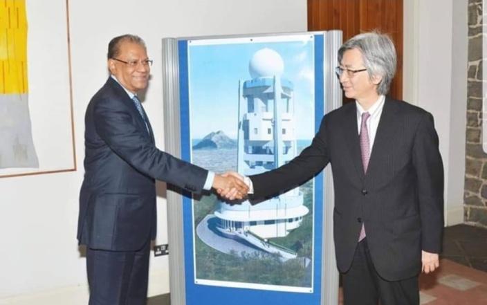 Juin 2013. L'ambassadeur du Japon, Ryuhei Hosoya, et l'ancien Premier ministre Navin Ramgoolam.
