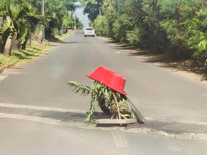 Insolite : En plein milieu de la route...un obstacle improvisé