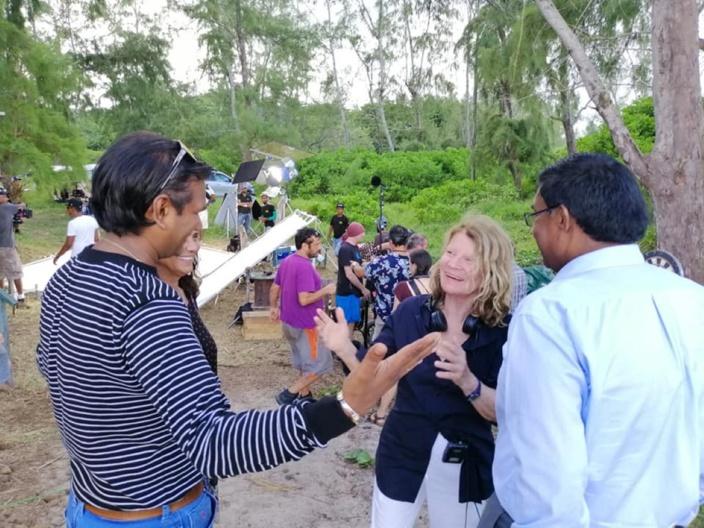 Pradeep Roopun, ministre de la Culture avec l'équipe de tournage du film à la Cambuse.