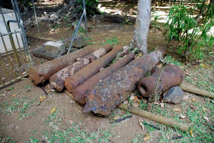 Ces canons dont certains ont pu être coulé avec le fer de la terre mauricienne, fondu et façonné par les ancêtres dans l'industrie métallurgique des Pamplemousses qui fut unique au monde dans les colonies au 18 èmeS.