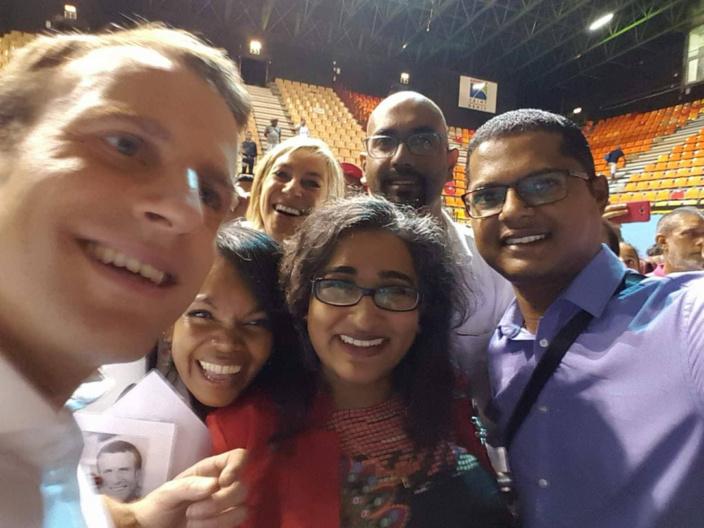 """Lors de la visite du candidat Emmanuel Macron à l'île de La Réunion. La team """"Nu Républik"""" en présence de Ken Arian et Nilen Vencadasmy."""