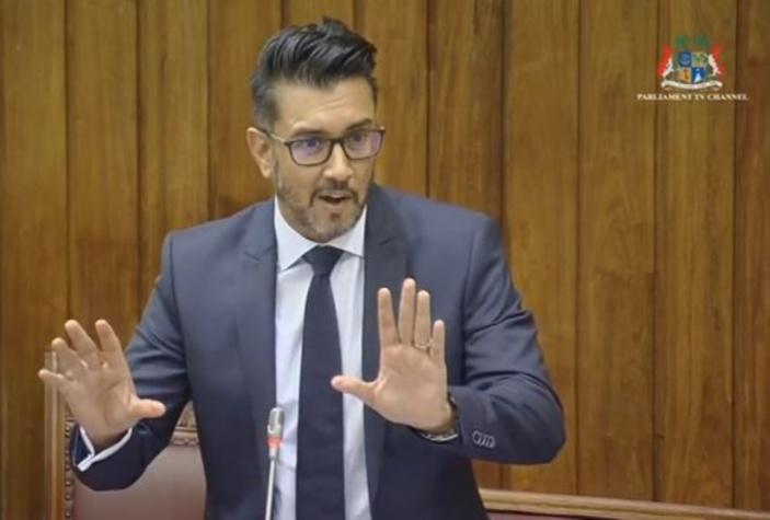 La Speaker pique sa crise et sanctionne Shakeel Mohamed pour trois séances, l'opposition fait un walk-out