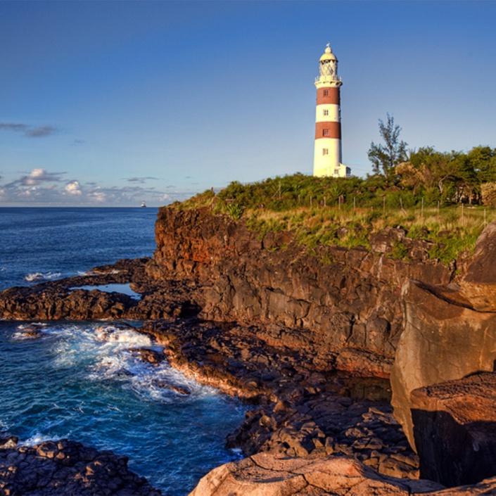 e Phare de Pointe aux Caves -également connu sous le phare de Albion. Situé sur la côte Nord-ouest de l'ile Maurice. L'unique phare du pays.