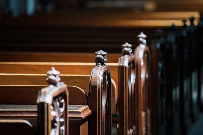 Abus sexuels : la sentence contre le père Moctée renvoyée
