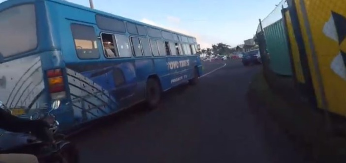 Un chauffeur de bus utilise la mauvaise voie et jette de l'eau sur un motard