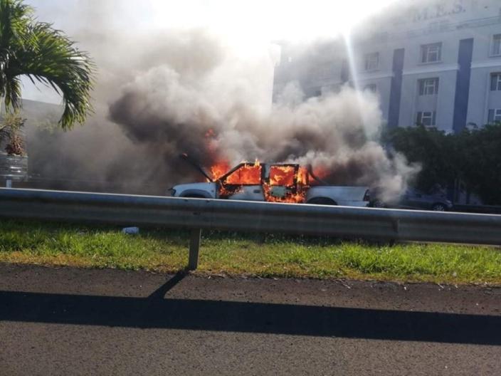 Réduit : Un véhicule en feu pas loin de la Mauritius Institute of Education