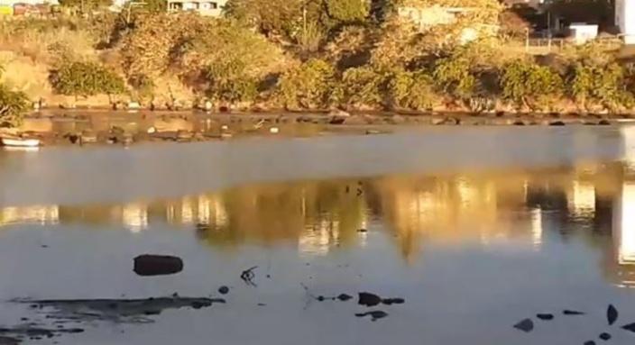 ▶️ Catastrophe écologique à Sable Noir : Des nappes d'huile dans le lagon