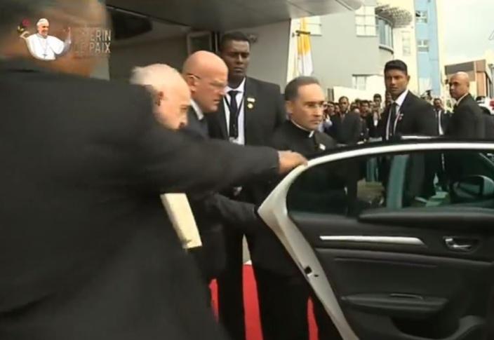 Le pape s'installe devant à côté du chauffeur
