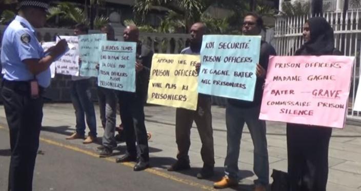 Les gardiens de prison ont manifesté devant l'Hôtel du gouvernement