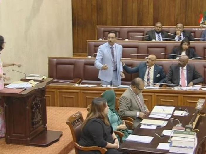Rutnah expulsé du Parlement après des : «imbécile», «ti l'esprit», « rekin moustas»...