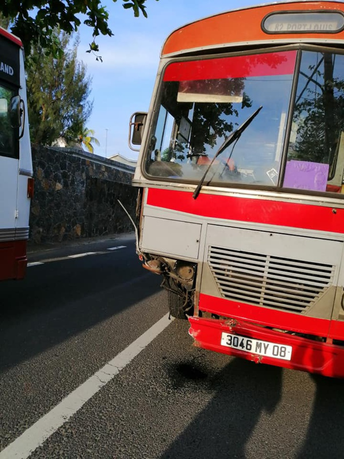 Péreybère : Une Porshe a été lourdement endommagée dans une collision avec un autobus
