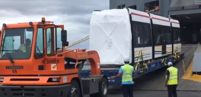 ▶️ Métro express : Le septième Light Rail Vehicle (LRV) est arrivé à Port-Louis