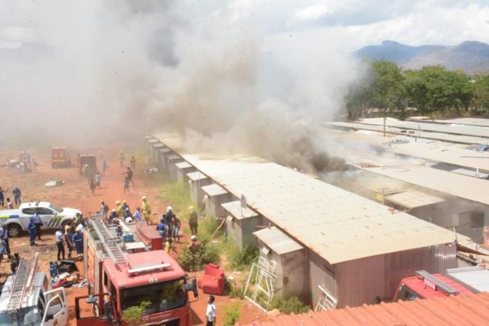 Incendie à Cité Longère, Baie-du-Tombeau : Des maisons en feu