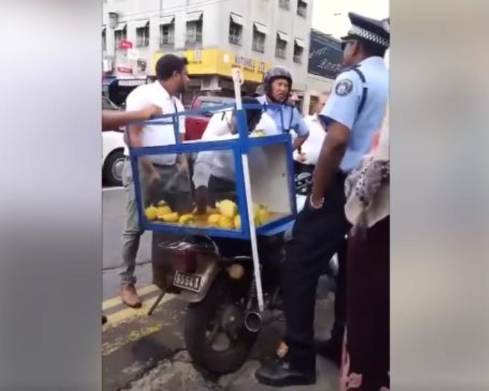▶️ Un marchand de fruits confits voit sa marchandise atterrir dans un sac poubelle !
