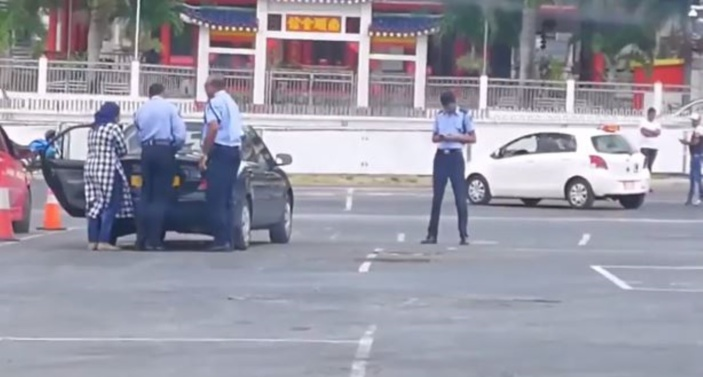 ▶️ Champs de mars : Interdiction de conduire sur un parking vide sans permis