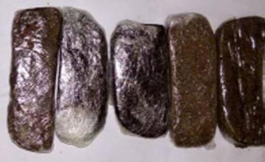 📷 Plaisance : Un Mauricien arrêté avec Rs 90 000 de haschich dissimulés dans du chocolat