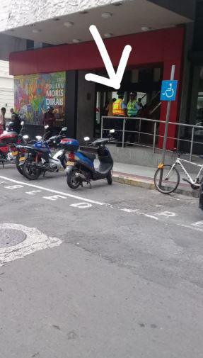 """A Port-Louis, pendant que les """"squatters"""" font fi des interdits, les policiers """"kass poz"""" !"""