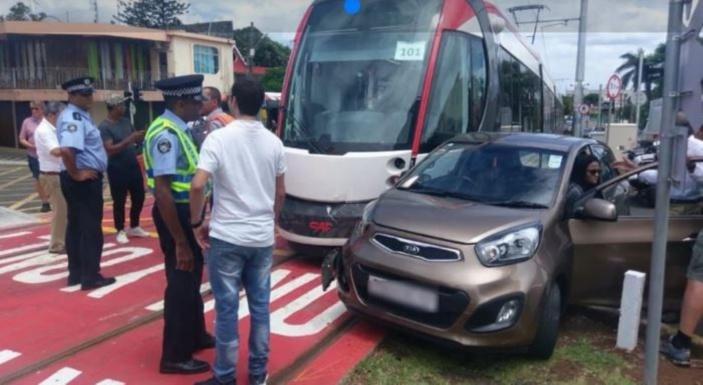 Une voiture est entrée en collision avec le tram du Metro Express à Rose-Hill