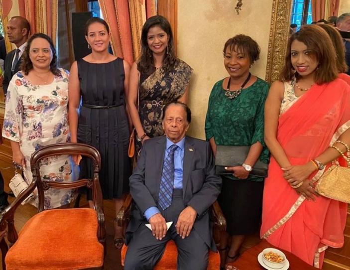 SAJ entouré des nouvelles pom-pom girls du gouvernement au Château de Réduit