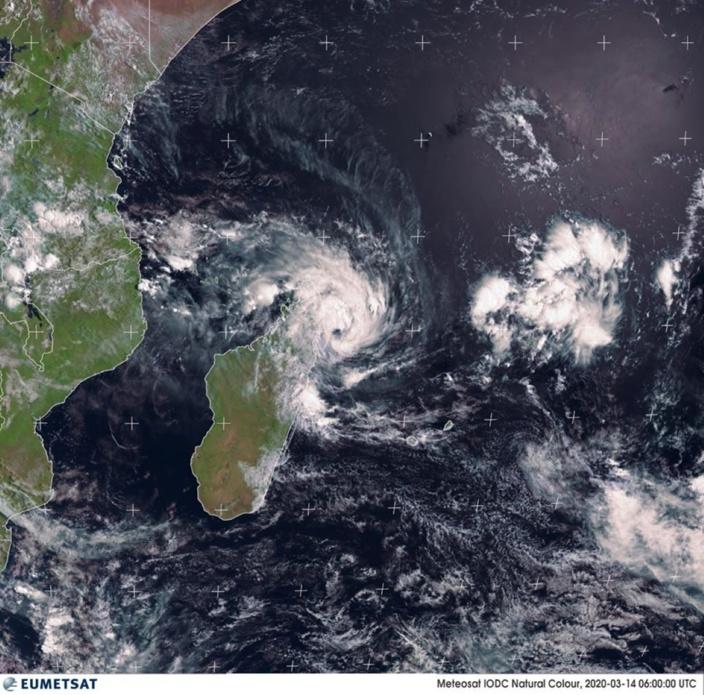 A environ 850 km au Nord-Ouest de Maurice, Herold continue de s'intensifier