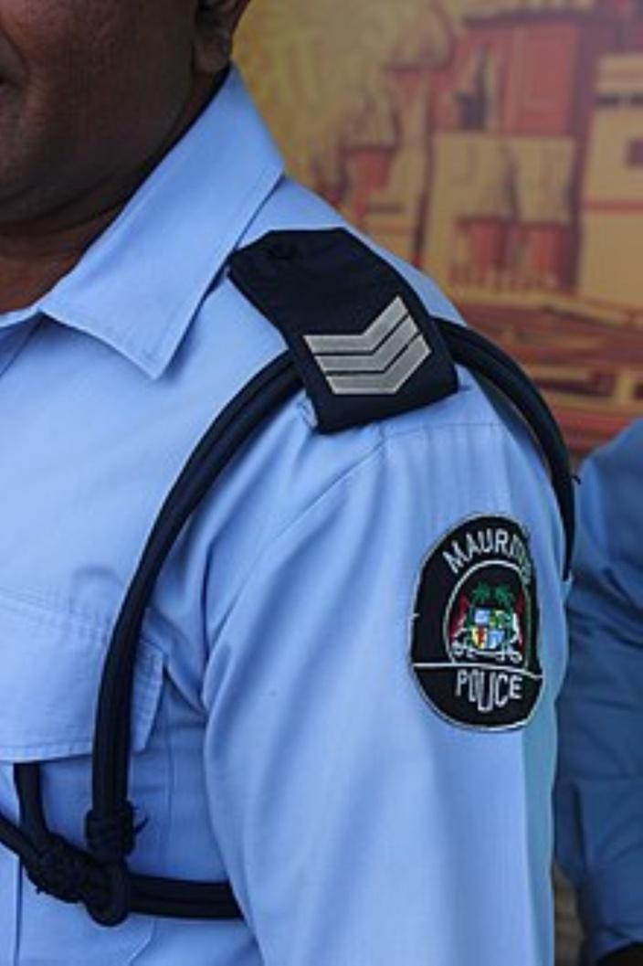Ally Panchoo met une nouvelle tache sur son uniforme de police