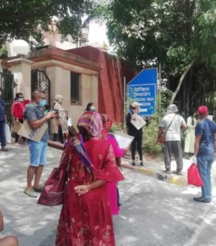 Des Mauriciens en mode sit-in dans l'enceinte de l'ambassade mauricienne en Inde