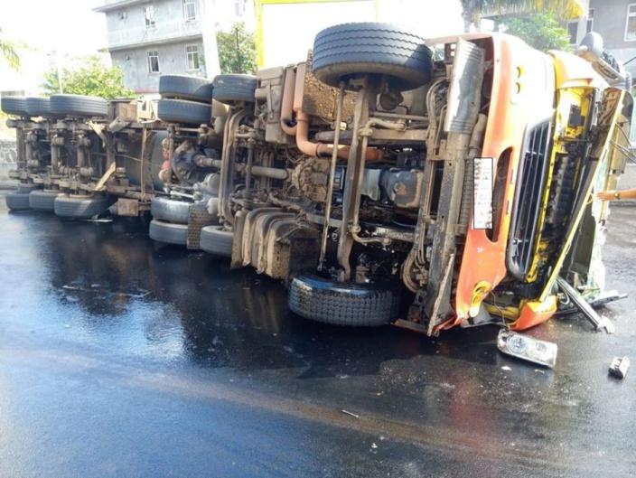 Un camion se renverse sur l'autoroute M1 à Camp-Chapelon