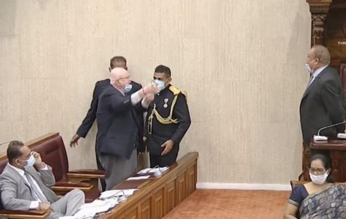 Rajesh Bhagwan se fait expulser par le Speaker de l'Assemblée nationale : « Pa tous mwa »