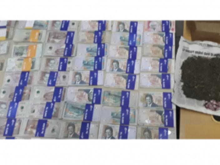 Un entrepreneur arrêté avec du cannabis et Rs 400 000 de cash à Vacoas