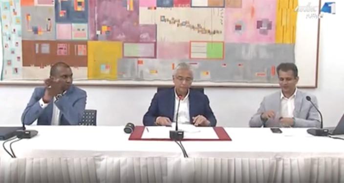 Applaudissements de Renganaden Padayachy et les félicitations de Zouberr Joomaye à l'issue de la conférence de presse de Pravind Jugnauth le 30 mars.