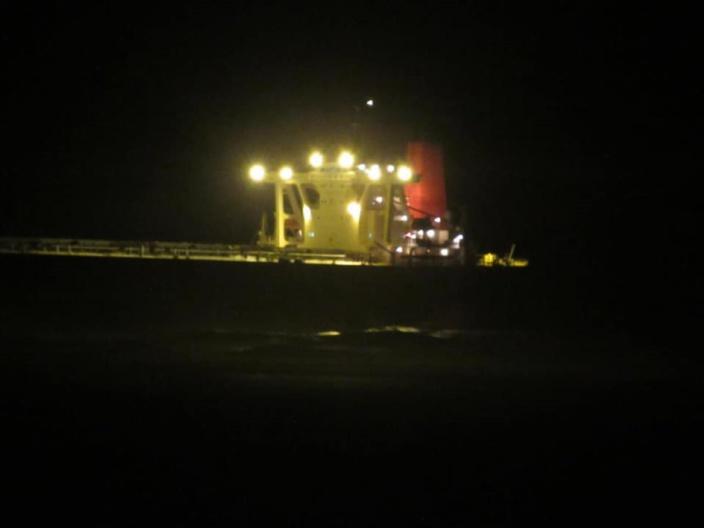 Le Wakashio, un bateau cargo avec des hommes à bord, en difficulté à Pointe d'Esny