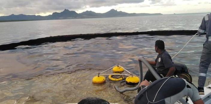 [Vidéo] Wakashio : Une équipe de volontaires pompent 2.8 tonnes de fuel