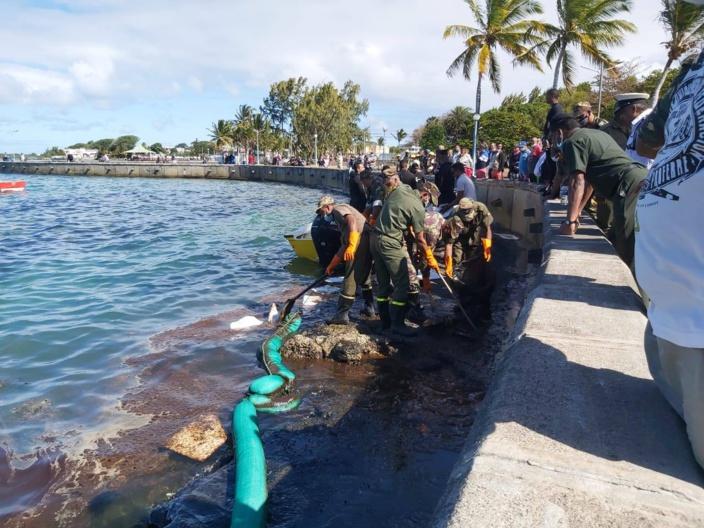 Mahébourg Waterfront : Les officiers de la SMF mobilisés pour enlever l'huile du rivage