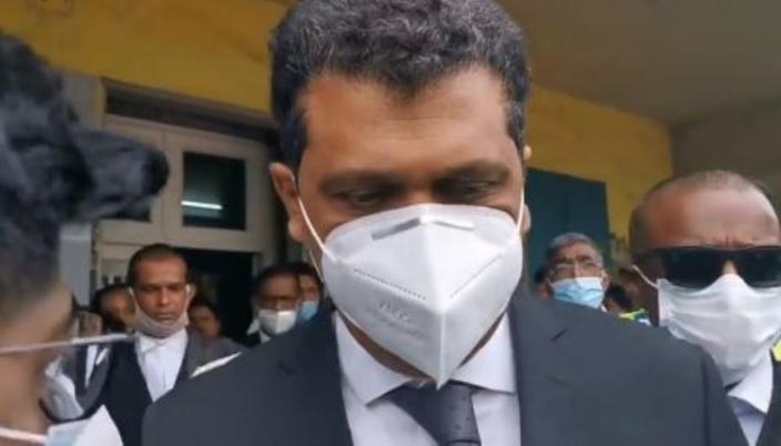 Mahébourg : Les ministres Ramano et Maudhoo quittent le tribunal sous les huées de la foule