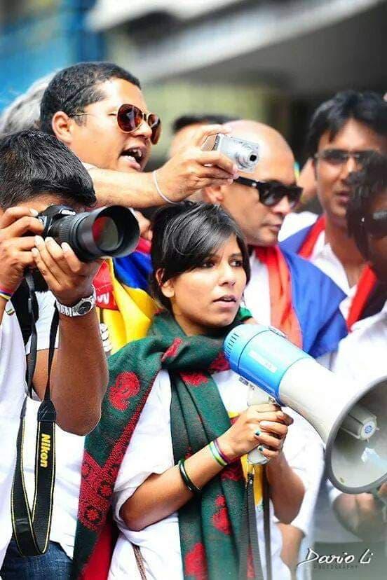 """Shimanda Mangar haranguant ses troupes avec un porte-voix, en lançant des slogans tels que """"Non aux petits copains, non aux petits coquins"""". @ Naresh Roodur"""