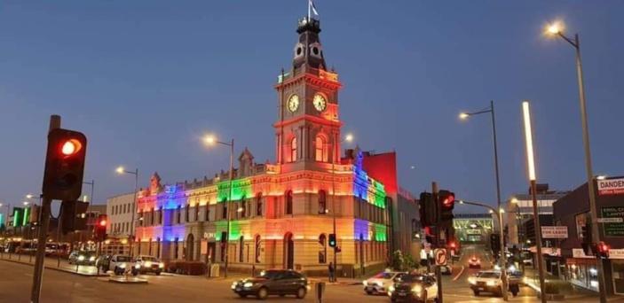 Marée noire : Le Drum Theatre, dans la ville du grand Dandenong en Australie, illuminé en signe de solidarité